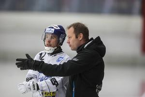 Magnus Muhrén instruerar Villas Tim Persson.
