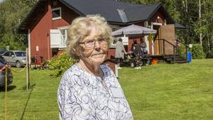 Britt Janwald, ledamot i PRO Fagersta och medlem sedan 2006, vet mycket om torpets historia. Torpet syns i bakgrunden.