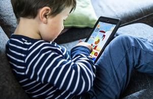 Barn som håller på med sin skärm vid läggdags kan få svårt att somna. Bild: Claudio Bresciani/TT