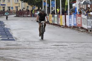 Lars-Erik Heed, Mora, hade en tuff helg. Punktering Cykelvasan tvingade honom att bryta. I söndagens 45 km vurpade han strax före mål när han var först i spåret. Med styret bak-fram- kunde han ändå rulla i mål som en av de allra snabbaste.