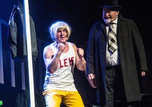 Philip Marlöw och lokföraren Leif, en höjdarsketch, inspirerad av Raymond Chandlers hårdkokta deckare. Kräver att publiken kan lite om Borlängepolitiken. Med Tommy Andersson och Sven Sundin.