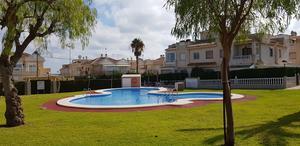 Många hus ingår i en samfällighet och har då en pool och andra gemensamma aktiviteter.