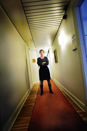 Statens konstexpert.                         Kulturminister Lena Adelsohn Liljeroth med lagliga tavlor på väggarna.