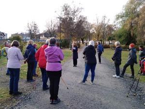 SKPF pensionärerna avd 50 Hudiksvall/Nordanstig har föreläsning utomhus med Monica Sundin, osteoporossköterska. Bild: Lena Jonsson.