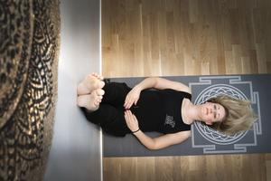 I dag jobbar Anneli Brodin på Studio Karma i Norrtälje och mår bra efter flera års kamp med utmattningssyndrom och fibromyalgi. – Värken finns där, men jag märker inte av den på samma sätt. Jag har lärt mig med hjälp av andningsteknik att flytta fokus från smärtan, den blir inte lika påtaglig. Men smärtan har också minskat påtagligt, säger hon.