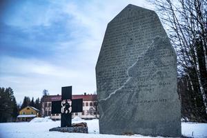 Minnesstenen vid landsvägen nedanför skolan är rest 1922. Bredvid den syns minnesmärket som konstnären Nanny Nilsson gjorde på Häggenås hembygdsförenings initiativ i slutet på 1970-talet. Då sattes minnesmärket upp på ett fundament gjort av stolpar som dunkats ner i myren, eller
