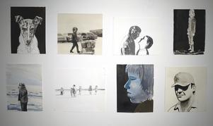 Många bilder hängs i grupp, vilket skapar ett band mellan dem.