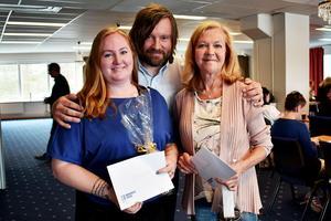 Barncancerfonden Norra tillkännagav på lördagen vilka som får Hjältepriset 2017. Det blev Jannice Eklöf och Britt Fällman. I mitten står ordföranden Jonas fahlman. Foto: Barncancerfonden