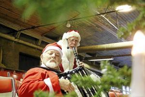 Ture Larsson och Åke Olsson står för musikunderhållningen och bidrar gott med sina luvor till julstämningen.