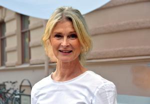 Lena Endre växte delvis upp i sin mors hemtrakter kring Härnösand i Ångermanland och delvis i Tyresö i Stockholm.