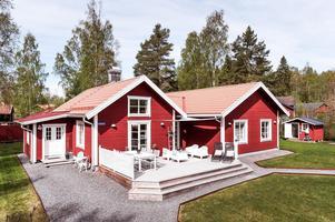Villa i Lilltorpet med flera uteplatser och en tomt på 2 200 kvm. Foto: Kristofer Skog Husfoto