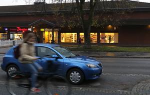 Utanför kvarteret där bland annat Bergslagens Sparbanks kontor på Kristinavägen finns  skulle det behövas fler parkeringsplatser vissa tider på dygnet.