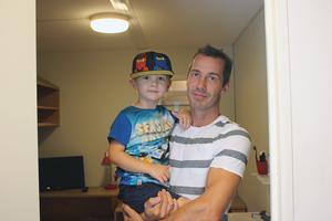 Sören Pederson och sonen Frans Masar Pedersen kikade nyfiket runt i fängelsecellen.