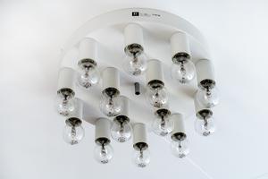I walk-in-closeten sitter en mycket speciell taklampa från By Rydéns.
