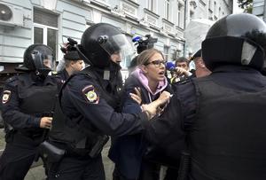 Juristen, aktivisten och influencern Ljubov Sobol grips på väg till lördagens demonstration. AP Photo/Dmitry Serebryakov