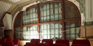 Bakom en stor skiva upptäcktes det vackra välvda fönstret. Snart tas även den utvändiga skivan bort.