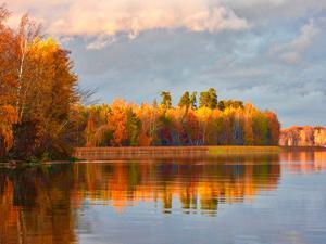 När hösten är som vackrast vid Hjälmarens strand. Foto: Lars Göran Nyberg.