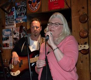 Kim Finnmarker är en av de som anordnar Hedemora Blues Jam. Tillsammans med Annaleena Wilhelmsson, Bobo Eriksson, Tommy Dahlström och ytterligare ett tiotal eldsjälar ser hon till att bluesen har ett naturligt hem i Hedemora.Foto: Berit Zöllner