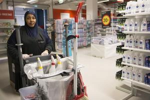 Shukri Mohamed jobbar gärna som lokalvårdare men drömmen är att någon gång sitta i kassan i en mataffär.