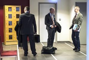 Spelklubbens initiativtagare har hela tiden hävdat att han bedrev en laglig verksamhet i föreningsform. Här möter han sin advokat Henrik Olsson Lilja och åklagare Peter Salzberg utanför rättegångssalen.