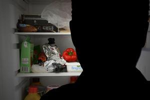 Mannen misstänks ha stulit mat vid inbrottet.