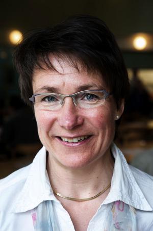 Oppositionsrådet Birgitta Sacredeus hotar med juridisk process - om inte nya regler dras tillbaka.