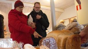 Ann-Marie och Kjell Lundberg frossade i marknadens brödutbud.