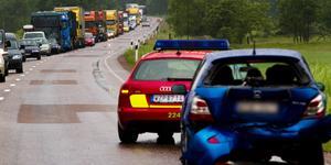 En av många trafikolyckor på väg 56, den här inträffade strax bortanför Rytternekorset för åtta år sedan. Trafikverket vill göra sträckan mellan Kvicksund och Västjädra säkrare och snabbare men väntar på besked från regeringen efter flera överklaganden från närboende.