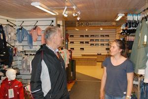 Inne på Sportboden träffar Bengt sin granne Emilia. Foto: Torbjörn Ohlsson