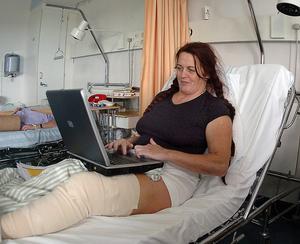 Det hann bara gå någon dag efter olyckan, så var Karin i jobb igen – från sjuksängen.