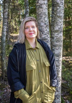 Kulturhus, kollektiv, kricket med mera. Angelica Andersson är 35 år och bor i Borlänge. Familj: Mamma, pappa, storebror, storasystrar, lillasyster, en massa syskonbarn och en hel drös vänner som också är som familj.  Gör: Arbetar heltid för Rädda Barnen, som nationell samordnare för ett program som heter På Lika Villkor som jobbar med barn, unga och barnfamiljer som lever i socioekonomisk utsatta områden. Styrelseuppdrag: Dalarna mot rasism, Borlänge Cricket, Greenpeace, Vänsterpartiet Borlänge, styrelseledamot i stiftelsen som driver Järvaskolan, och i den som driver kursgården Lindsberg, vice ordförande i Folkets Hus Västra Borlänge.