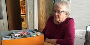 Ulla Pålsson har samlat ett kort från varje lek för att spara plats. Men hon har några hundra hela kortlekar också.