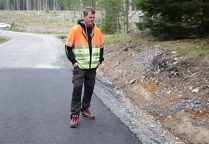Anders Hjulström står vid olycksplatsen, ett 30-tal meter från den plats där äpplena lagts ut.