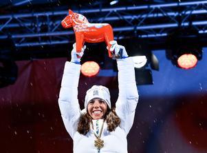 Här tar hon emot medaljen och publikens jubel under medaljcermonin på torget i Falun.  Foto Anders Wiklund / TT