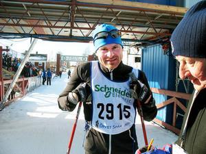 Drygt fem timmar tog det för Gustaf Lejon från Sandviken att skida från Sälen till Mora. En bra tid som gör att han känner sig kvalificerad att åka Vasaloppet (tävlingen alltså) nästa år. Gustaf, som tävlingsåkt i unga år, erkände dock att han var duktigt trött den sista milen.