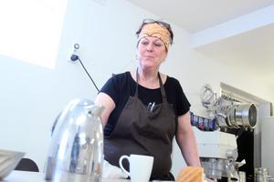 Genom Matverkstaden och cateringen kan Marie kombinera att laga mat och hjälpa människor att tillgodose deras behov.