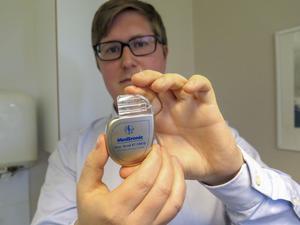 Hjärtstartaren är liten men mycket kraftfull.  Läkaren Gustav Mattsson har i sin forskning studerat dess effekt på olika typer av hjärtpatienter