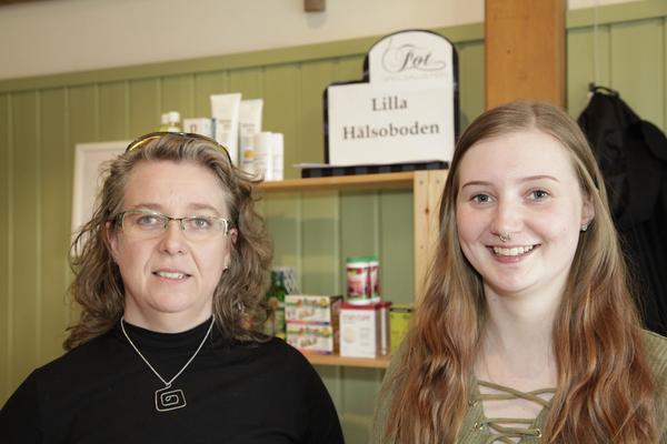 Nadine och Emma Högdal visade upp hälsokost och artiklar för fotvård från salongen under Swedbank.