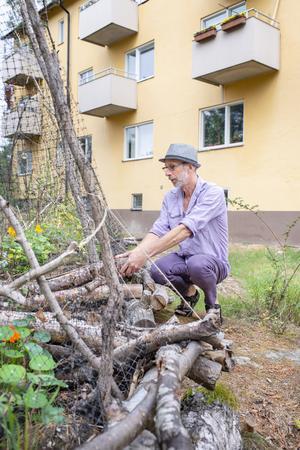 Foto: Lars Hallström  Peter Streijffert har en inhägnad med tolv dubbla pallkragar, en frilandsodling och fem odlingsbäddar av hugelmodell.