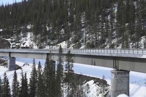 Bron är 233 meter lång och som högst 30 meter ovan mark.