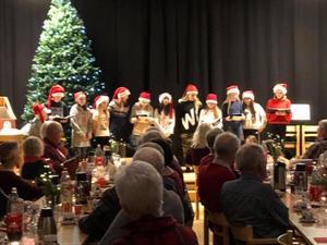 Joy Kids sjöng julsånger i Sockenstugan i Enviken.