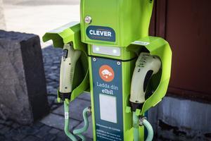 Från första början laddade elbilar gratis, men sedan några år tillbaka måsta användarna betala för elen.