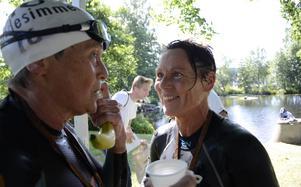 Veteraner kallar de sig. Monica Wahlne, Nyköping, till höger vann damklassen och tätt efter följde 64-åriga Margareta Reiner. Monica framhåller att hon är extra nöjd att ha slagit ungdomarna, med tanke på att hon själv är över 50 år.