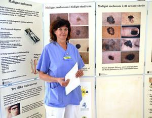 Utanför hudkliniken finns en stor tavla med olika typer av hudcancer. Den allra farligaste formen är malignt melanom som tar 500 liv i landet varje år.