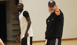 Torbjörn Gehrke tar med sig sitt Jämtland Basket till serieledande Norrköping utan storstjärnan Evariste Shonganya.