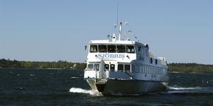Blidösundsbolaget har flera fartyg som trafikerar Stämmarsunds brygga på Blidö, bland annat Sjöbris.