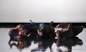 Norrlandsoperans dansare har en viktig del i scenbilden. Bild: Micke Sandström