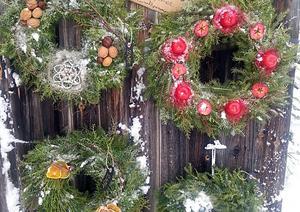 Försäljning i Furudal kan ta sig olika former, som att man hänger ut några julkransar – och ett telefonnummer så att köpare kan ta en krans och swisha över betalningen. FOTO: GUNILLA JAKOBOSSON