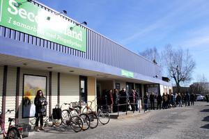 Kö ända bort till hörnet på huset när PMU Second Hand Köping öppnade klockan 13 på tisdagen.