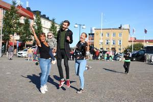 Hopp för handeln när det var dags för handelsdag i september. På bild: Annelie Nilsson från Kumla promotion med Saga i famnen, tillsammans med Philip Larsson från Kumla kommun och turism- och evenemangssamordnare Johanna Uddling.